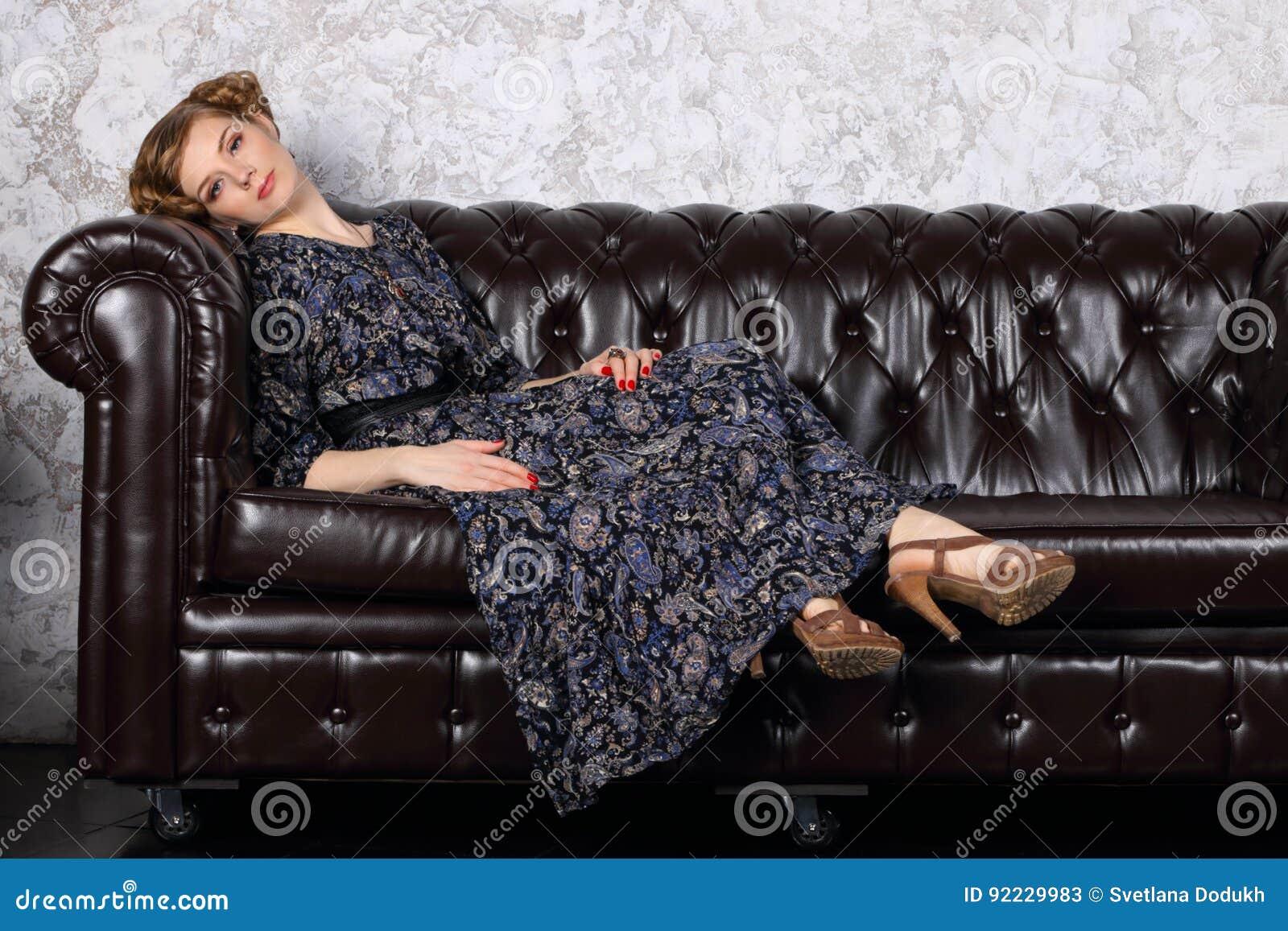 Парочка на черном кожаном диване