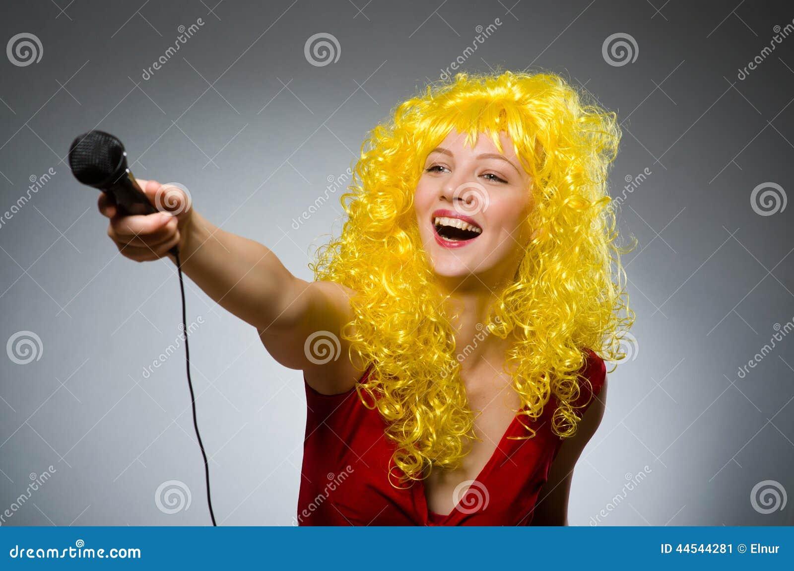 Молодая женщина с mic