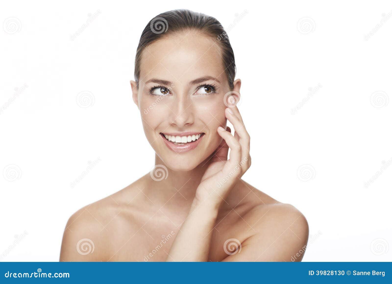 Молодая женщина усмехаясь в студии