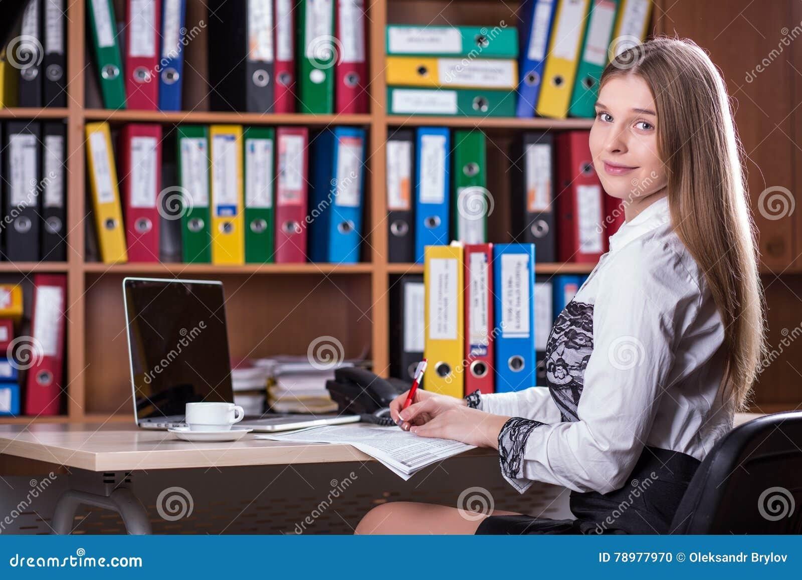 Молодая красивая дама Портрет дела работая на столе офиса