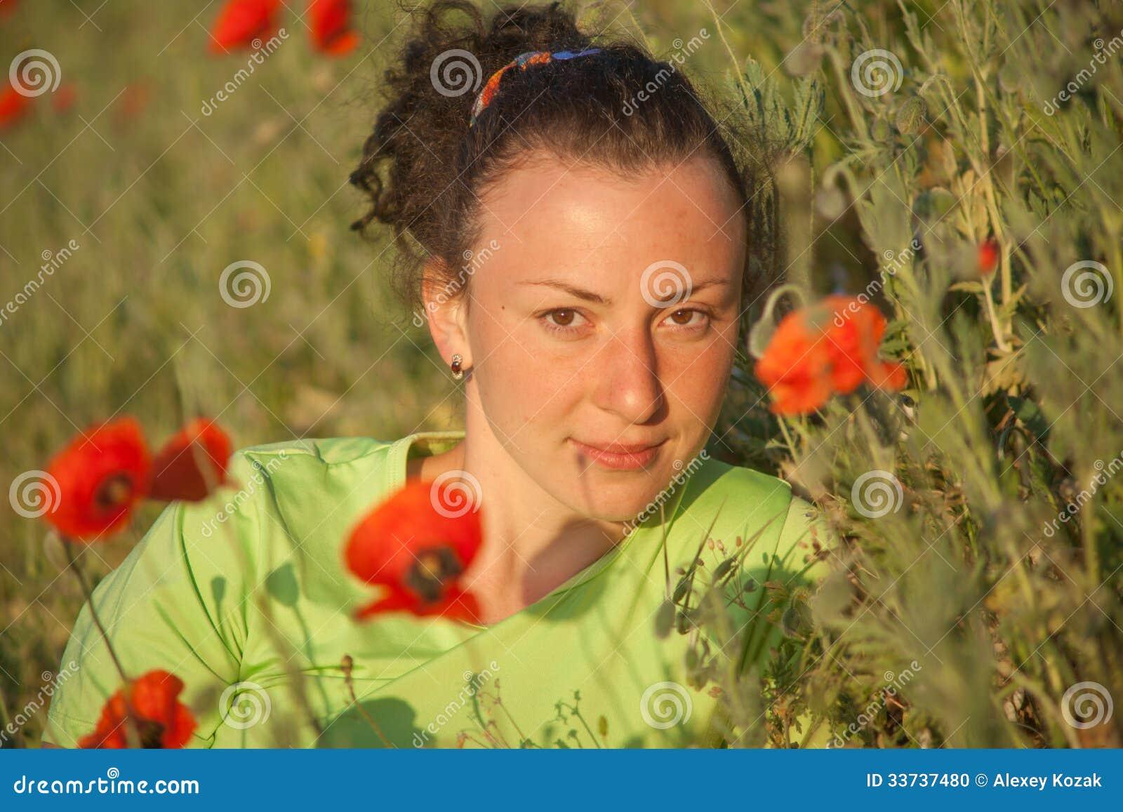 Молодая красивая женщина на поле хлопьев в лете