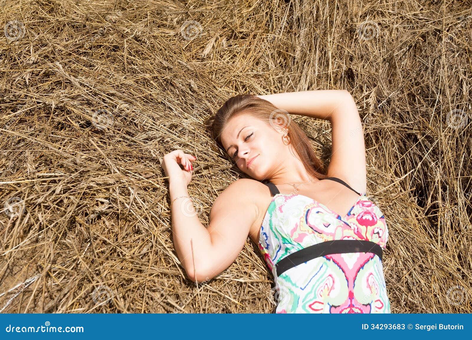 фото картинки женщина на сене