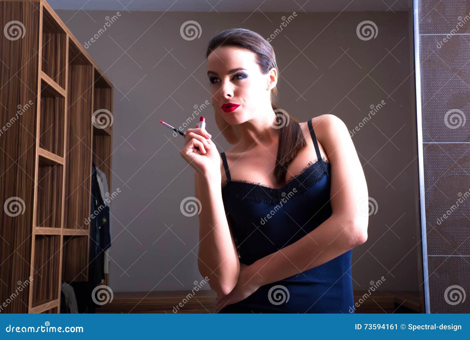 Девушка перед зеркалом в нижнем белье фото