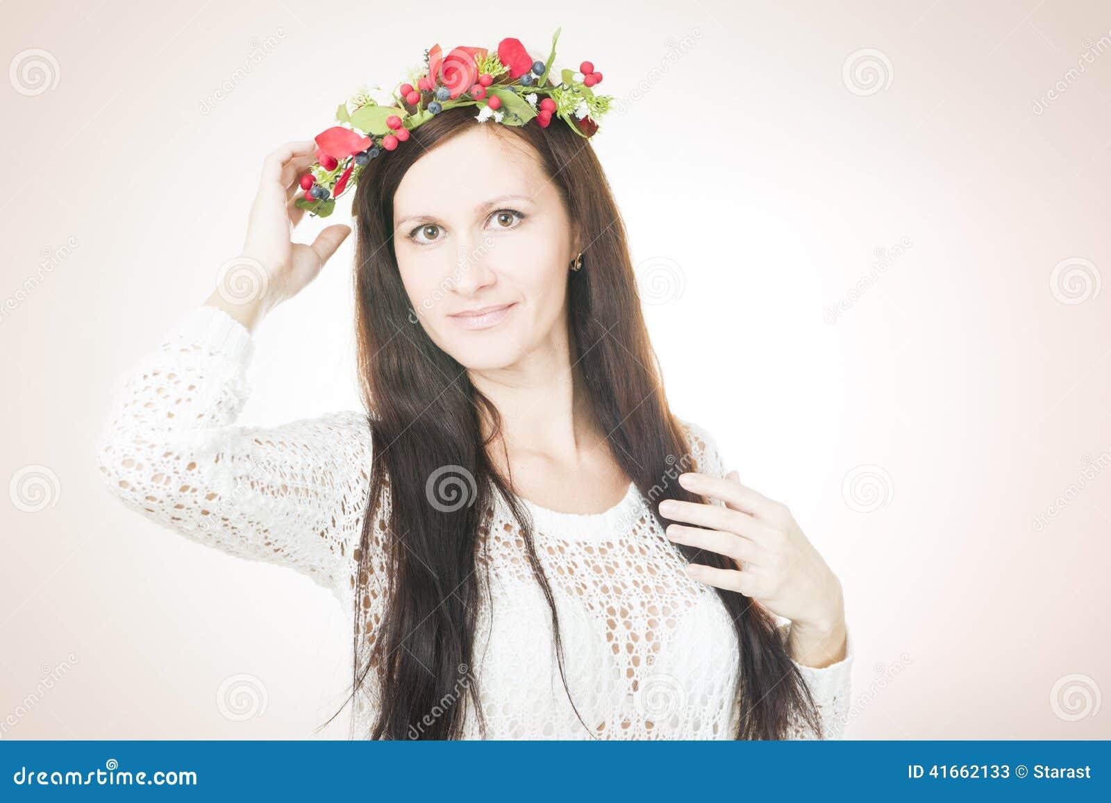 Молодая красивая женщина с венком цветка на голове