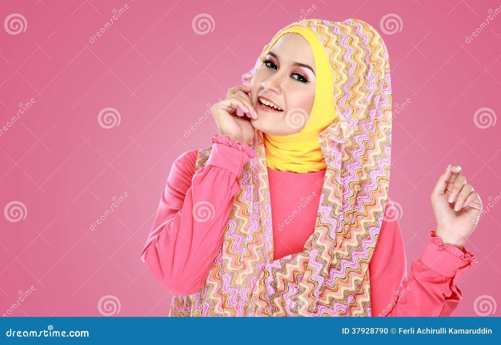 Молодая красивая мусульманская женщина с hijab розового костюма нося