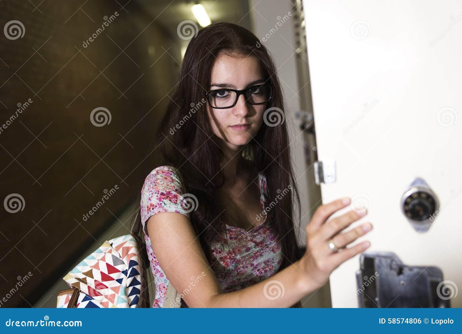 Молодая красивая студентка 12
