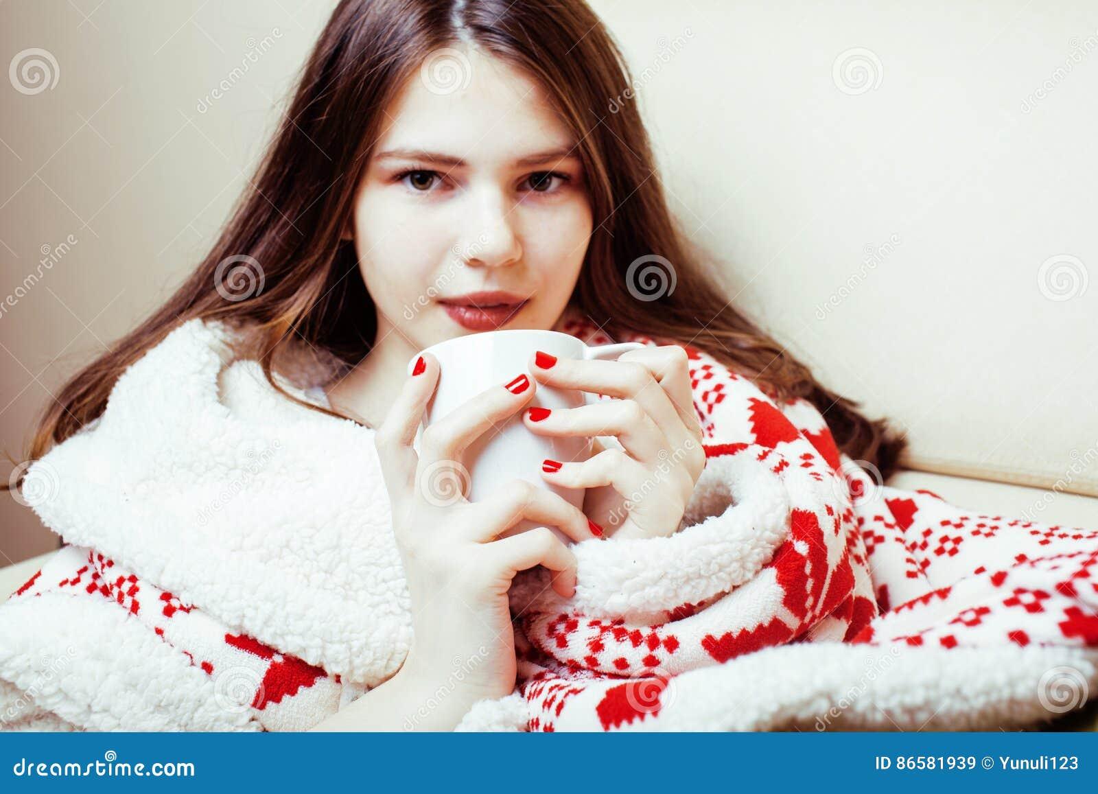 Молодая милая девушка брюнет в одеяле орнамента рождества получая теплый на холодной зиме, концепции красоты свежести