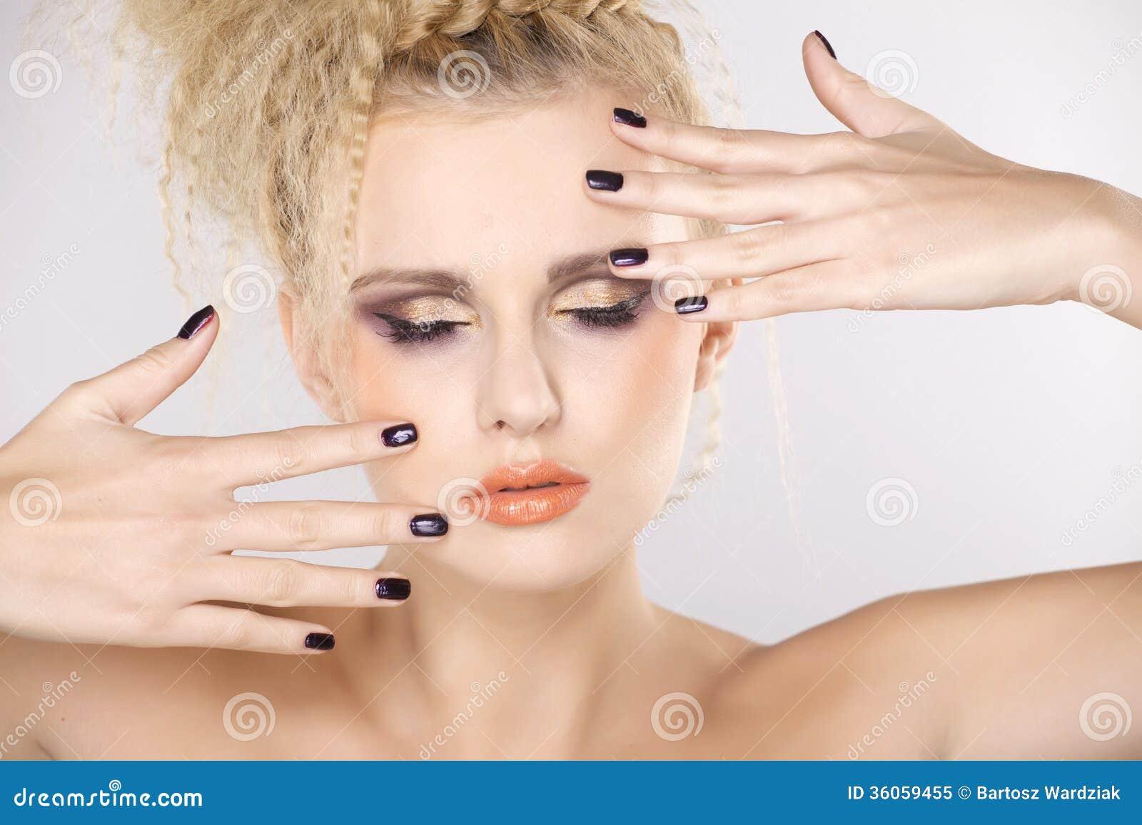 Молодая милая женщина с красивыми светлыми волосами