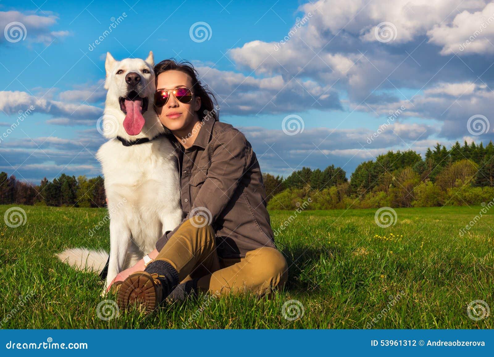 Молодая привлекательная девушка с ее собакой