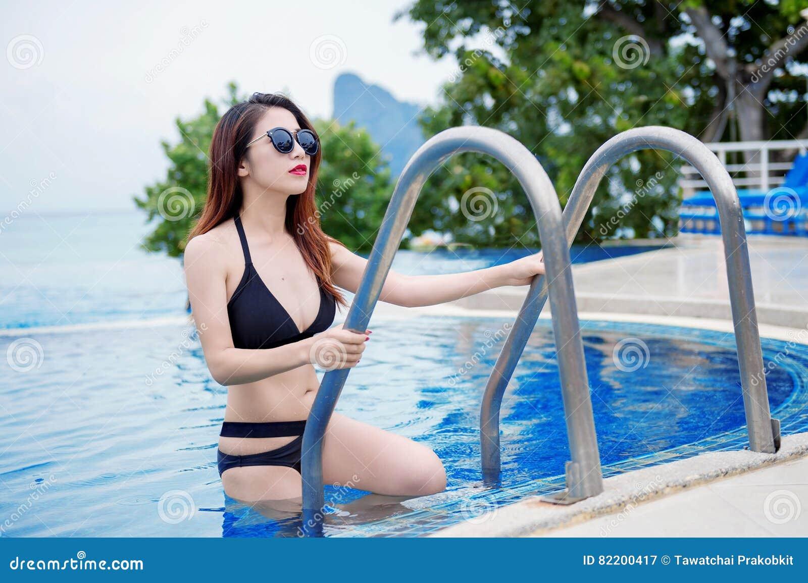 Сексуальные девушки в бикини в бассейне
