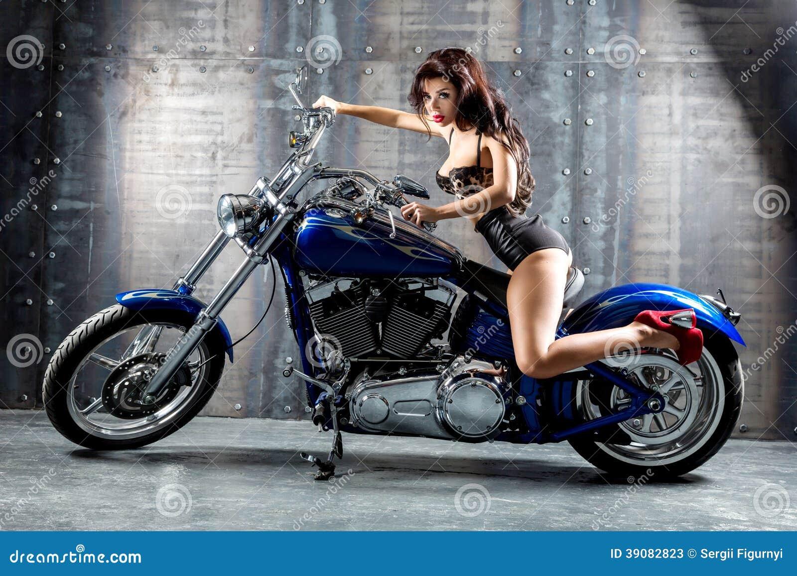 Сексуальная женщина на мотоцикле