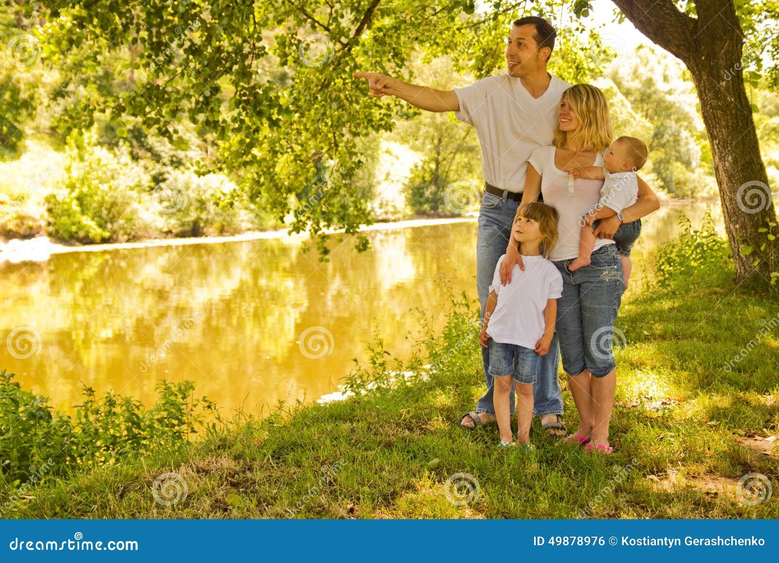 Картинки с семьей на природе