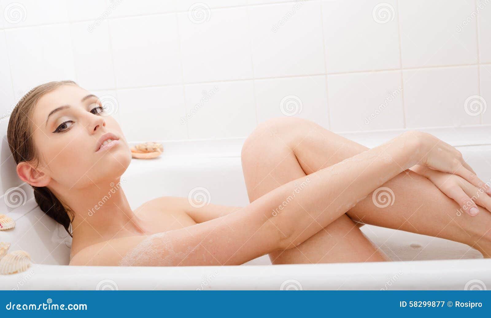 Фото молодая в ванне фото 277-154