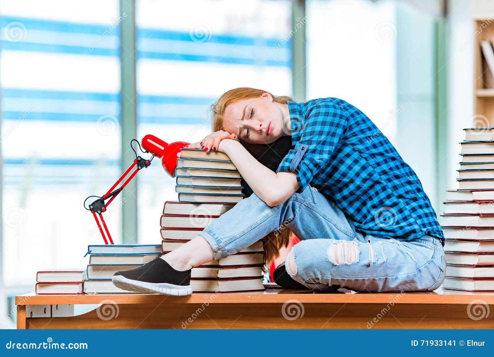 Молодая студентка подготавливая для экзаменов