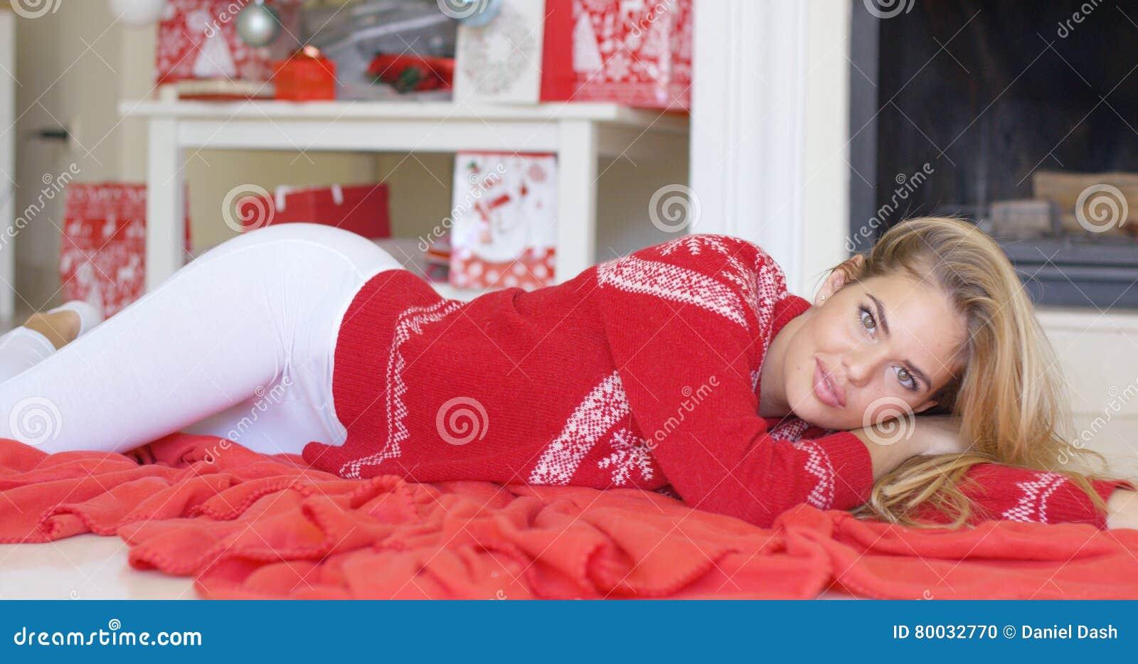 Девушка под красным одеялом фото