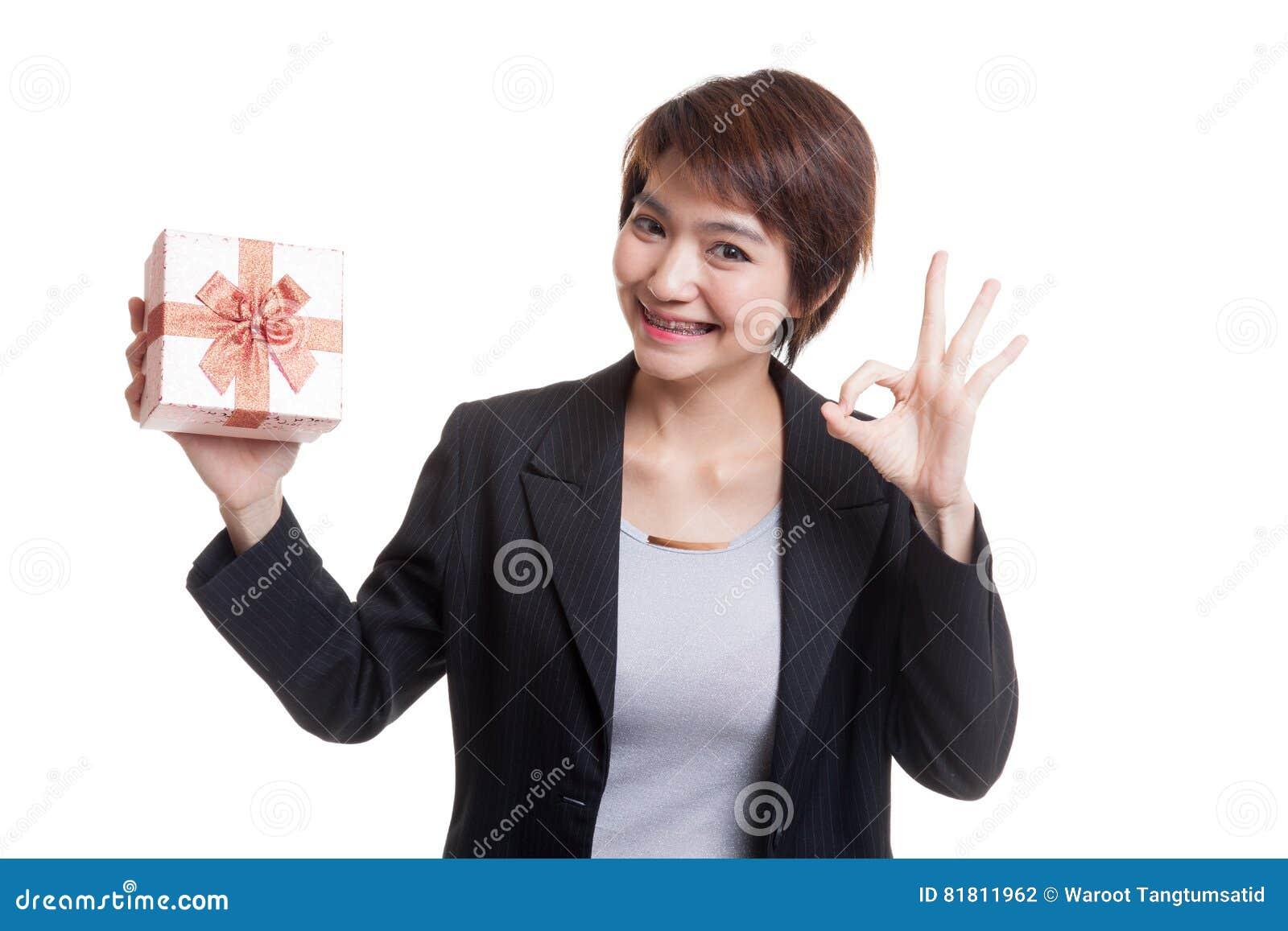 Молодое азиатское О КЕЙ выставки бизнес-леди с подарочной коробкой