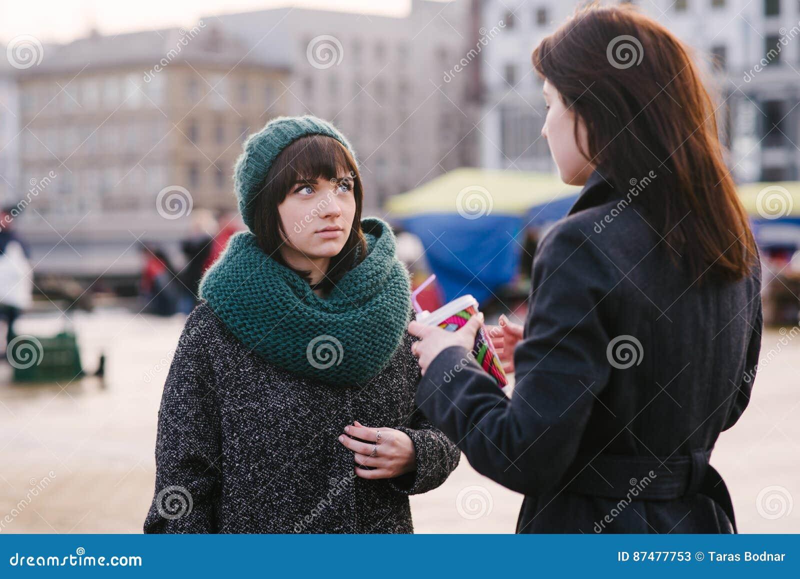 2 молодое и красивые девушки одетые очень стильные, говорят середину города