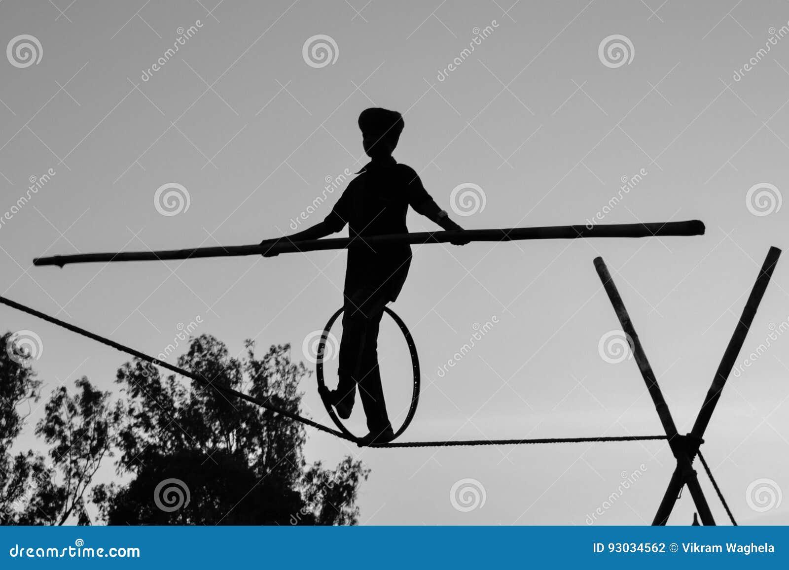 Молодое опасное положение идя, Slacklining мальчика, Funambulism, балансировать веревочки