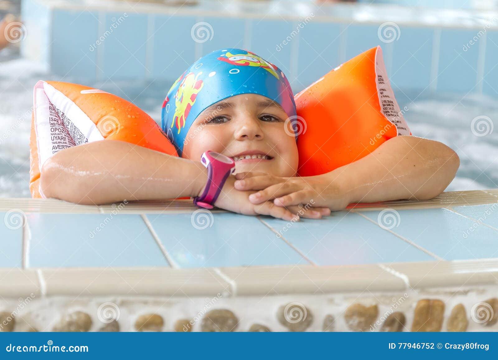 Молодое счастливое кавказское заплывание девушки ребенка