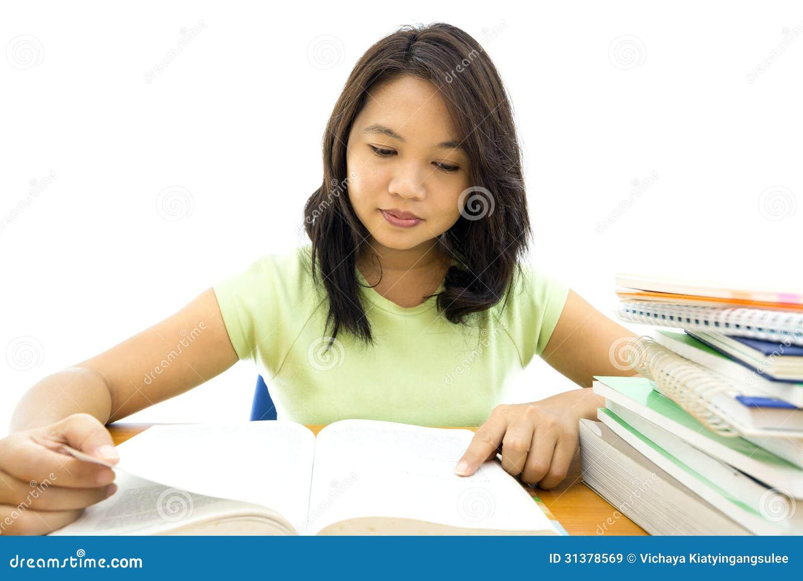 Молодое чтение женщины коллежа