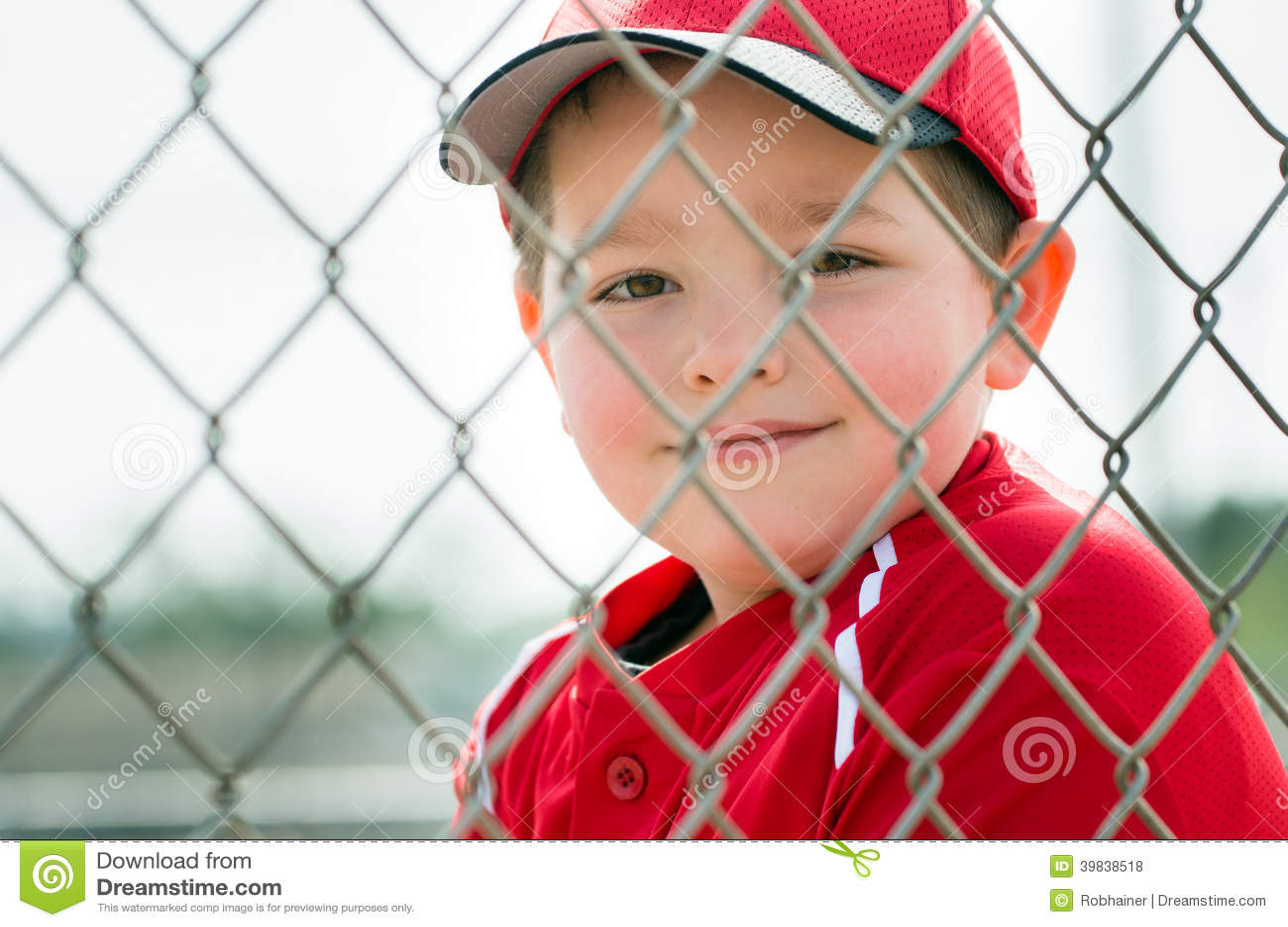 Молодой бейсболист сидя в землянке