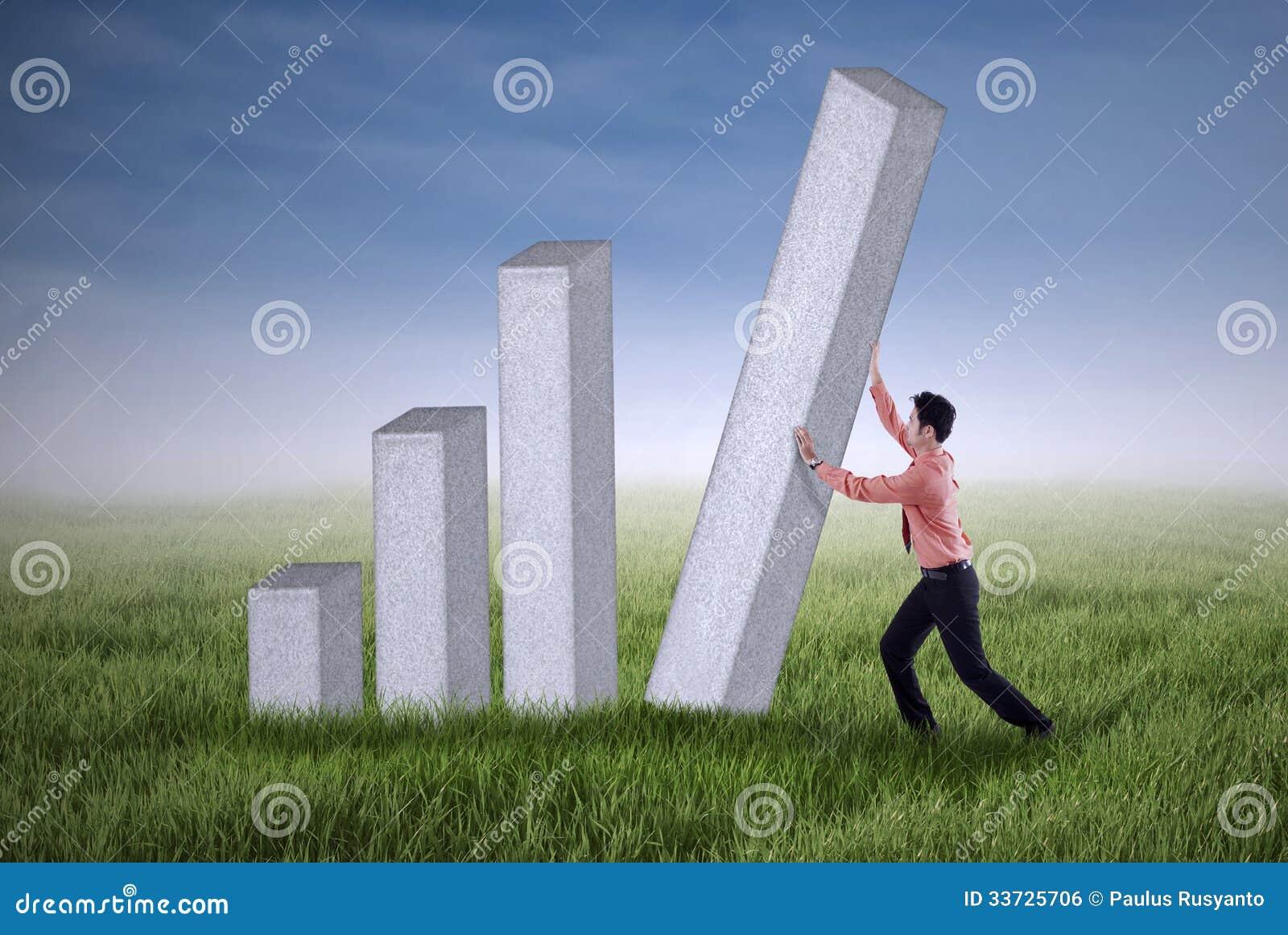 Молодой бизнесмен нажимая диаграмму в виде вертикальных полос внешнюю