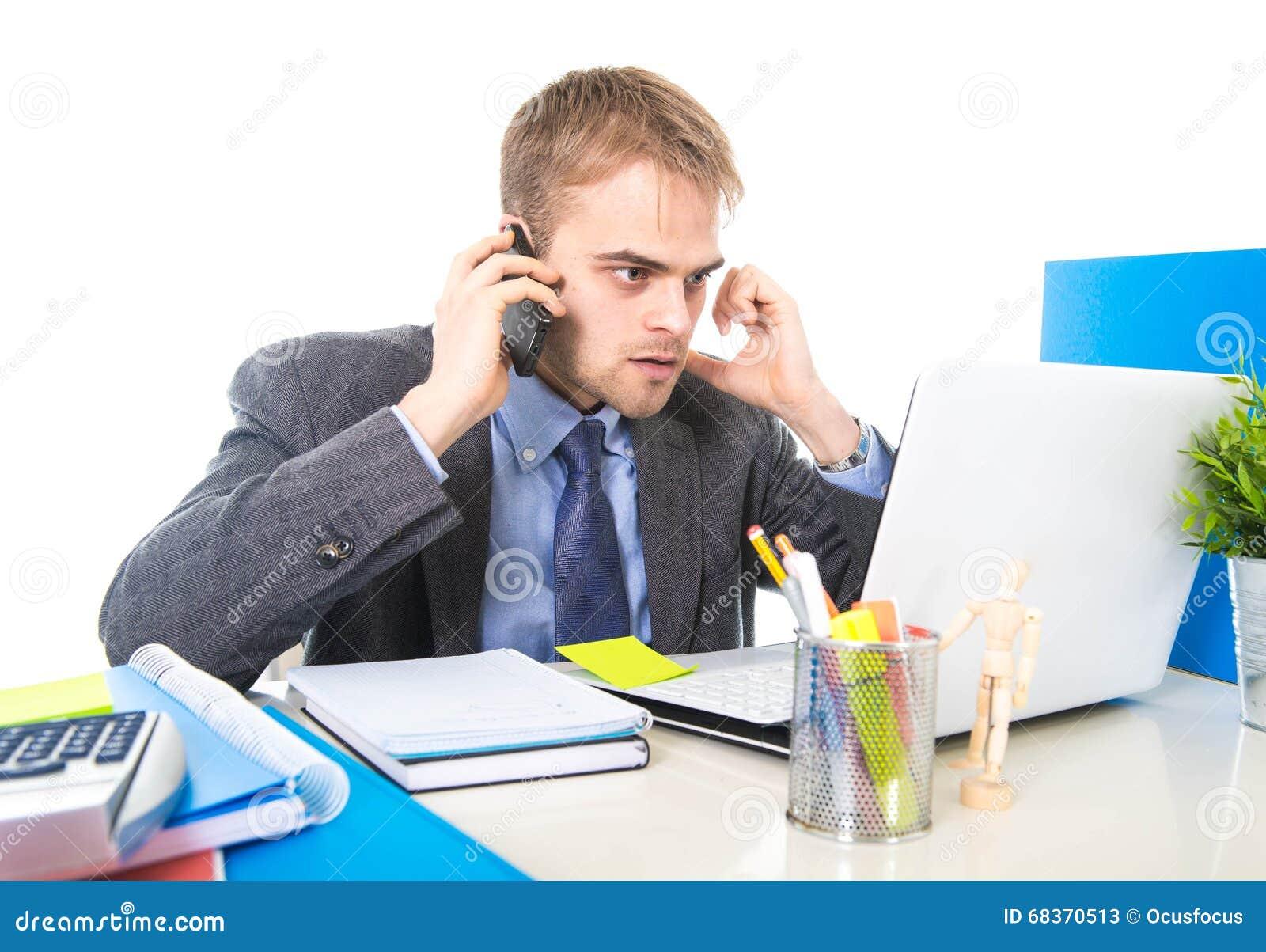 Молодой бизнесмен потревожился утомленный говорить на мобильном телефоне в стрессе страдания офиса