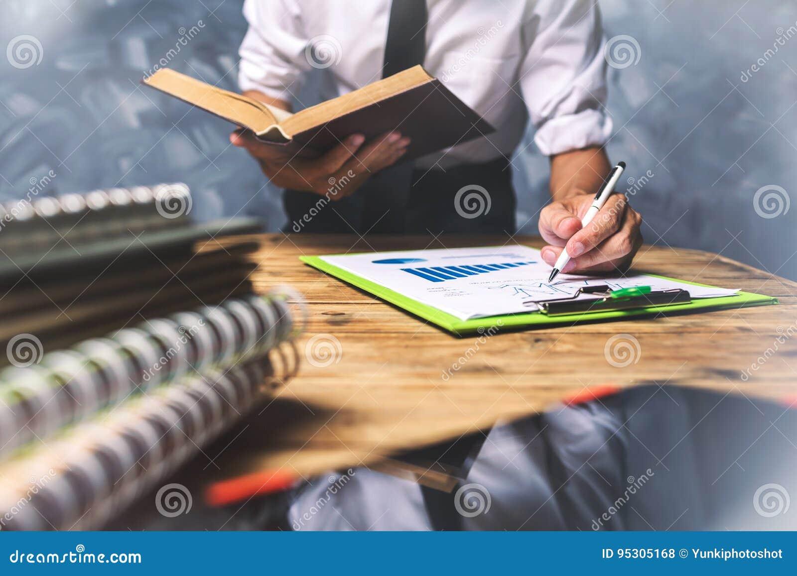 Молодой бизнесмен юриста работая трудная верхняя помощь его острословие клиента