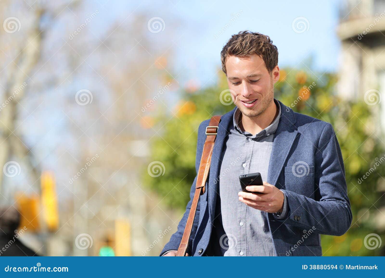 Молодой городской профессионал бизнесмена на smartphone
