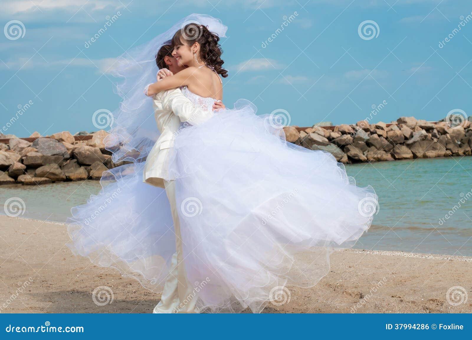 Молодой жених и невеста на пляже