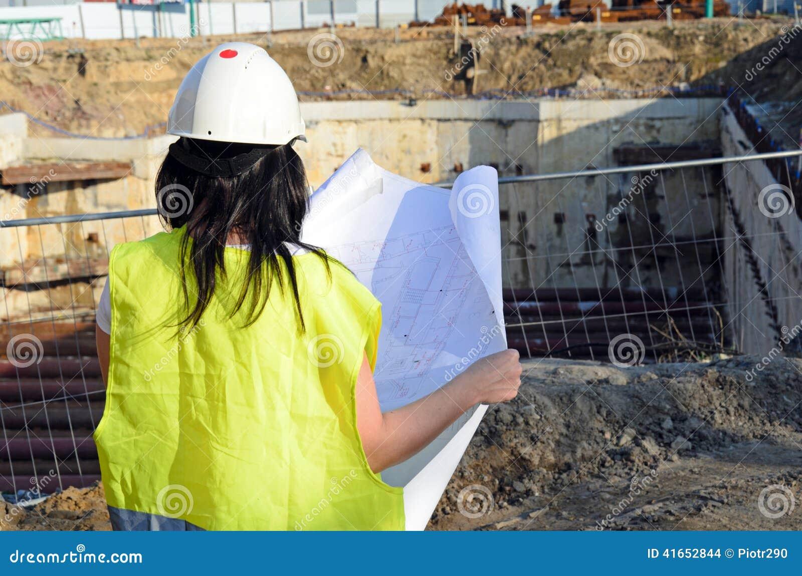 Молодой женский архитектор на строительной площадке строительного проекта