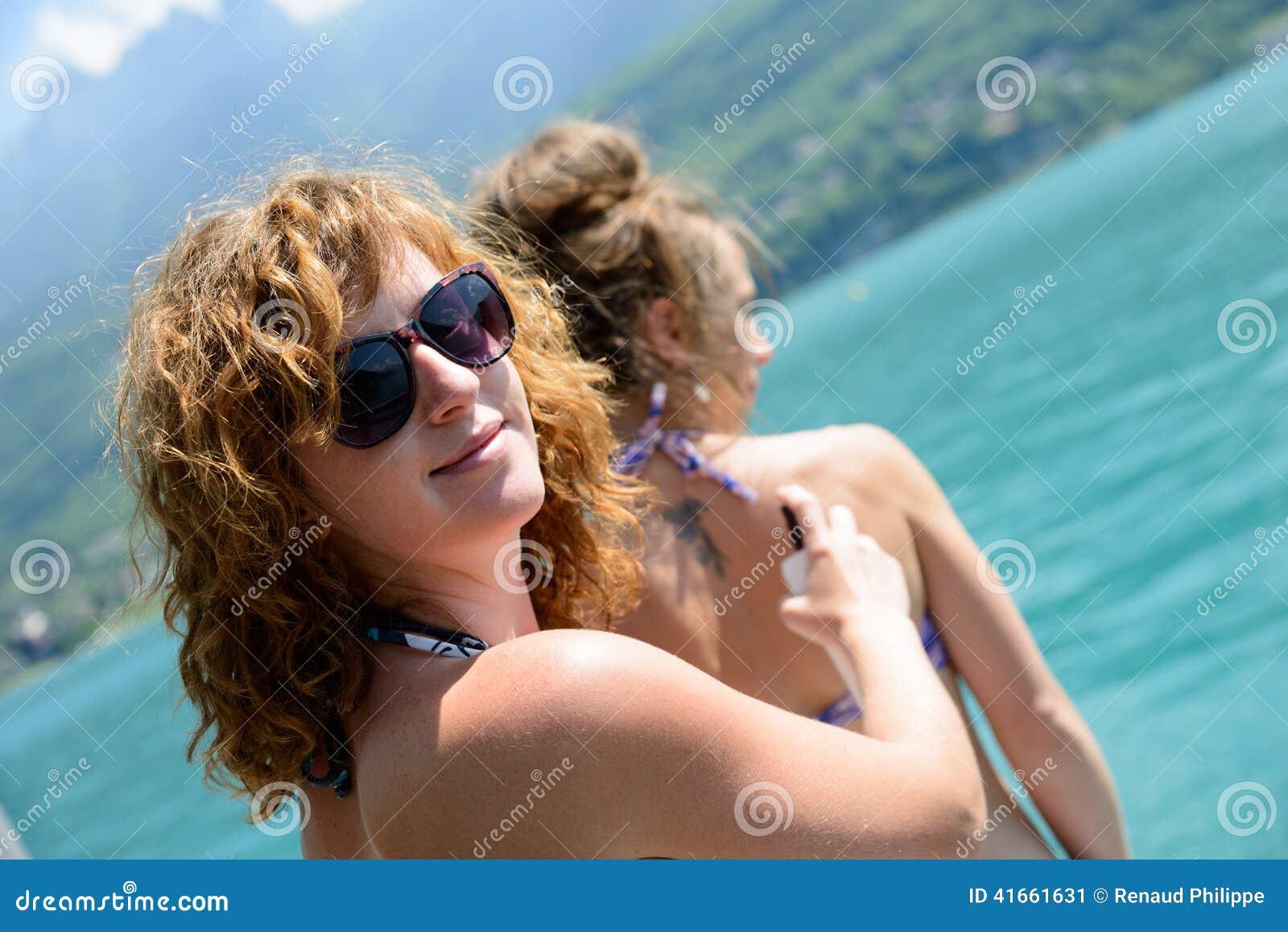 2 молодой женщины естественной на портовом районе