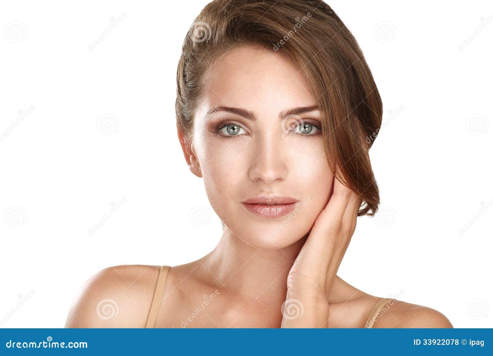Молодой красивый конец модели вверх представляя для совершенной кожи