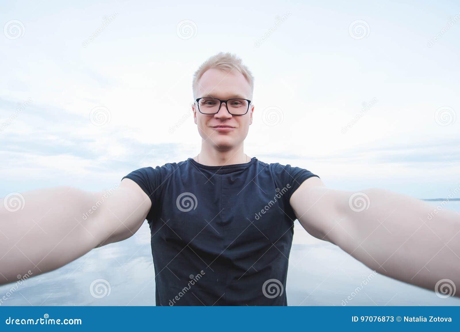 Молодой красивый человек принимая фото selfie