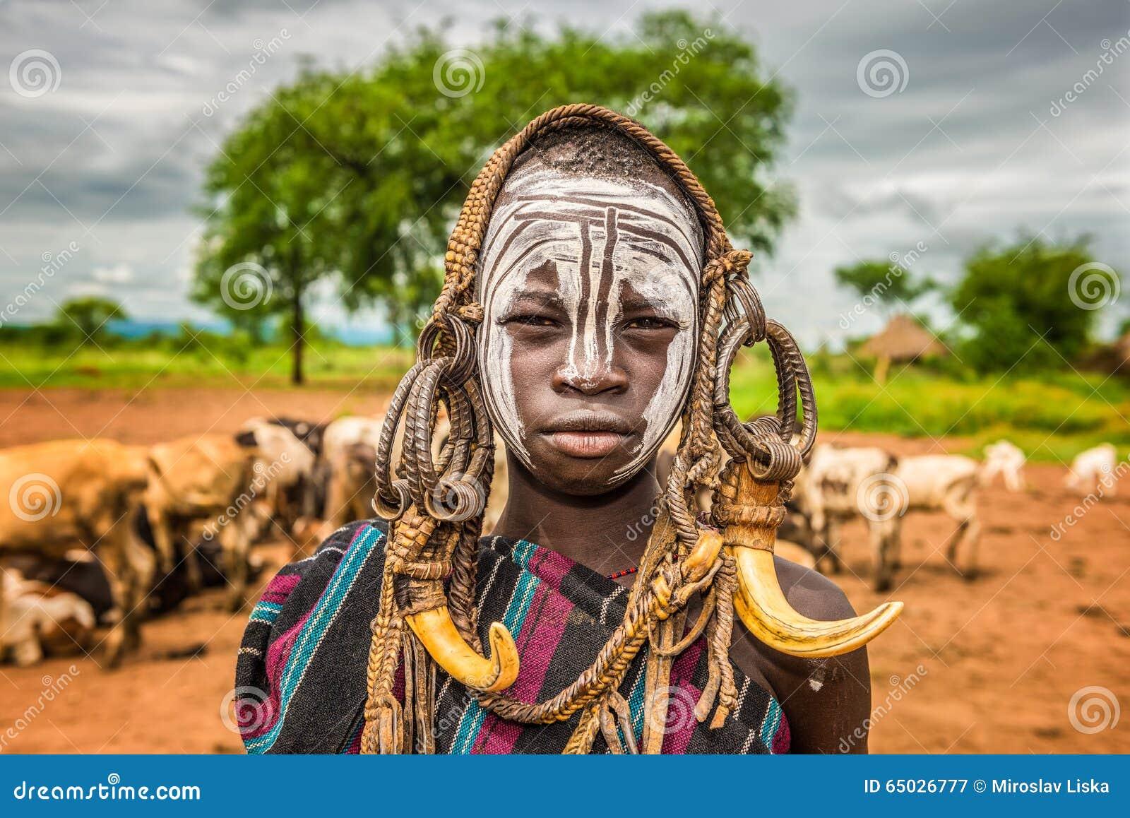 Молодой мальчик от африканского племени Mursi, Эфиопии