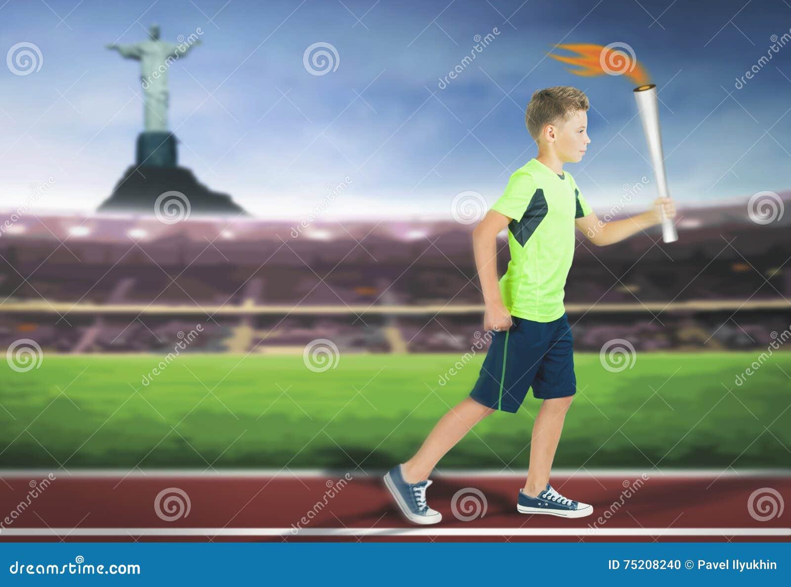 Молодой мальчик спортсмена с ходом подателя факела спорта