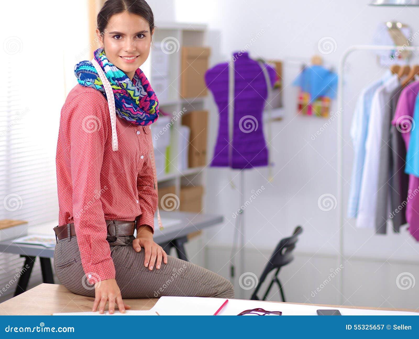 Молодой модельер работая на студии