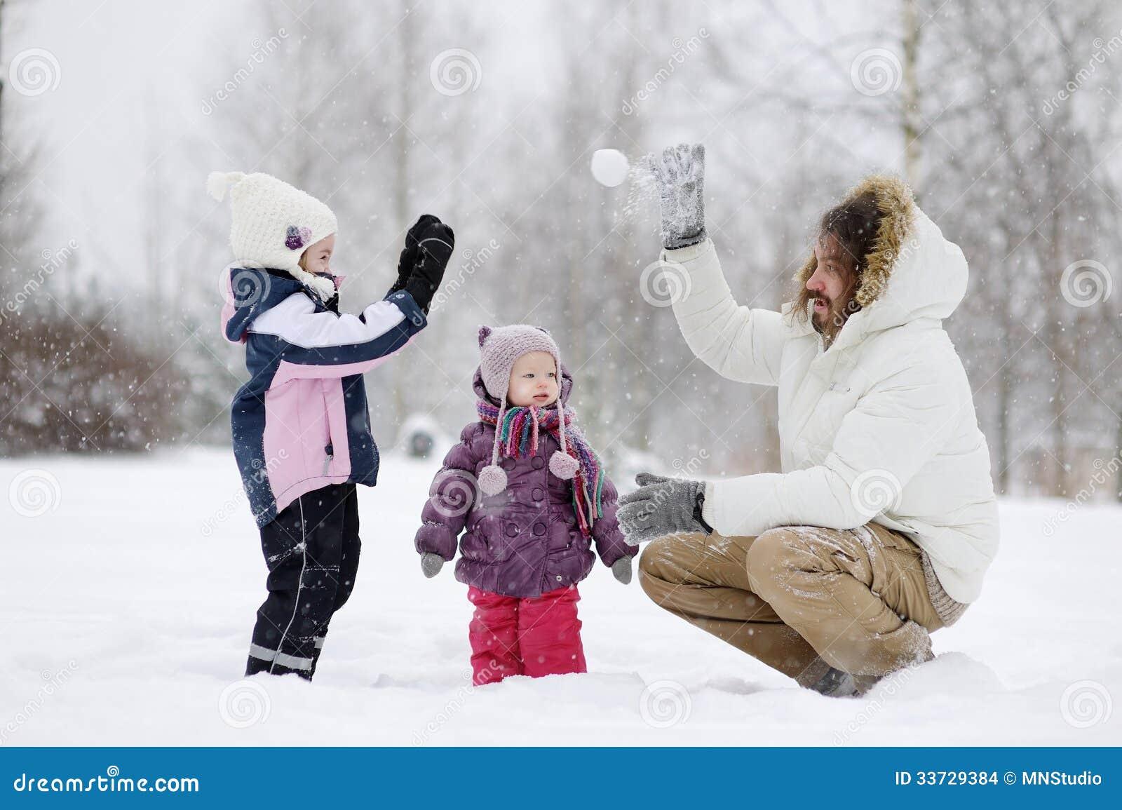 Молодой отец и его девушки на зимний день