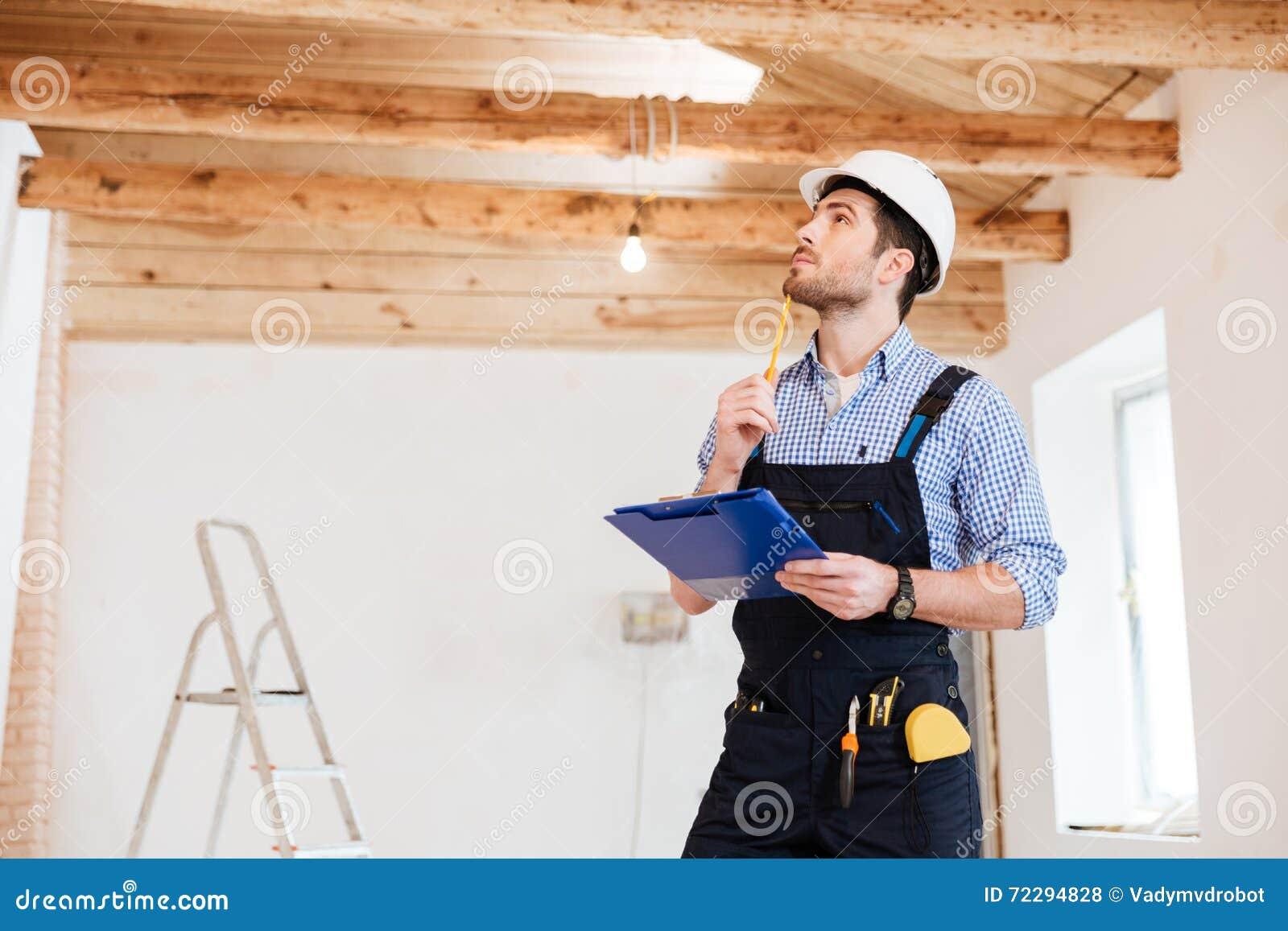 Download Молодой построитель специалиста рассматривает его рабочую зону Стоковое Фото - изображение насчитывающей персона, hardhat: 72294828