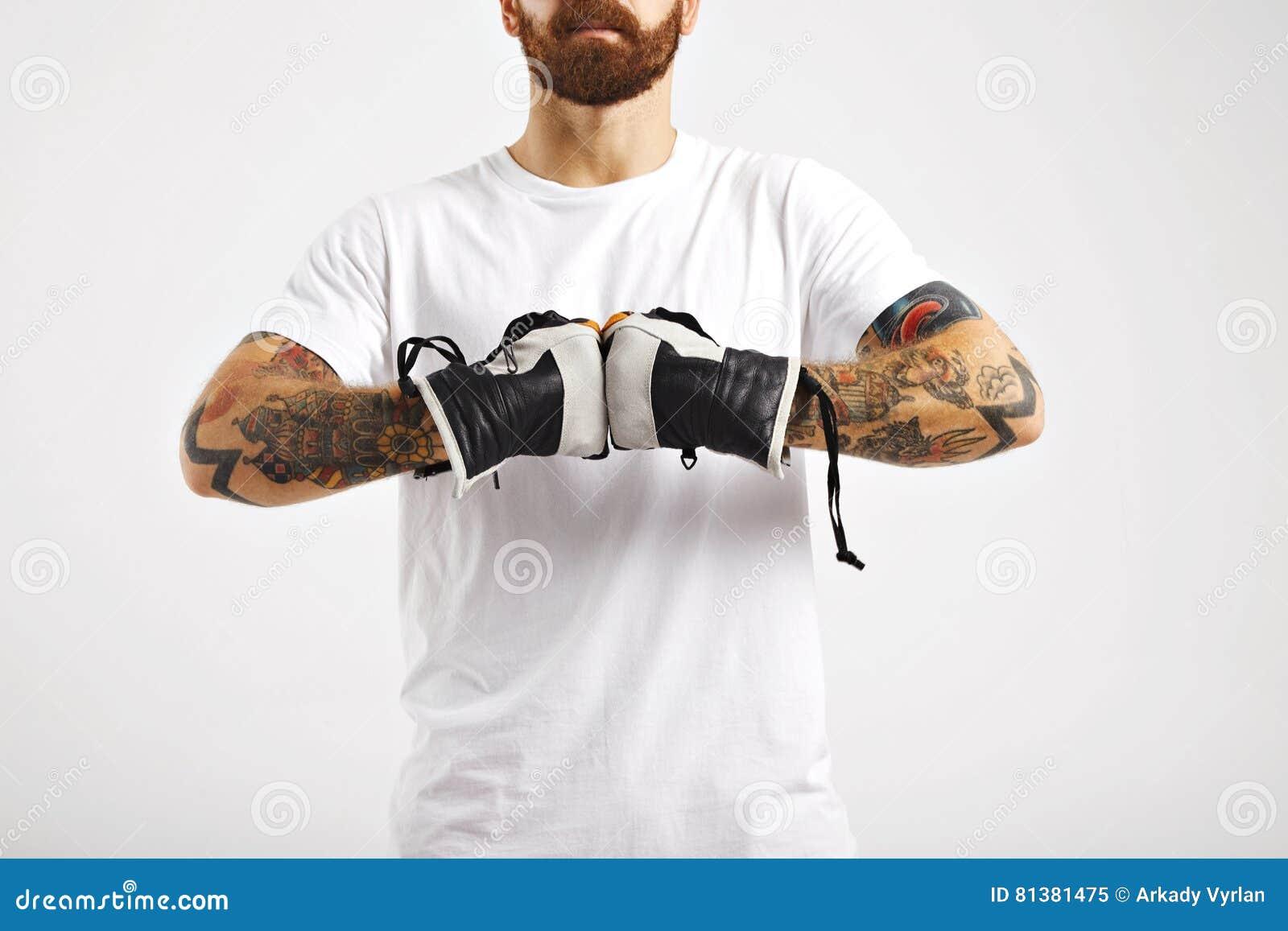 Молодой привлекательный человек демонстрируя перчатки сноуборда