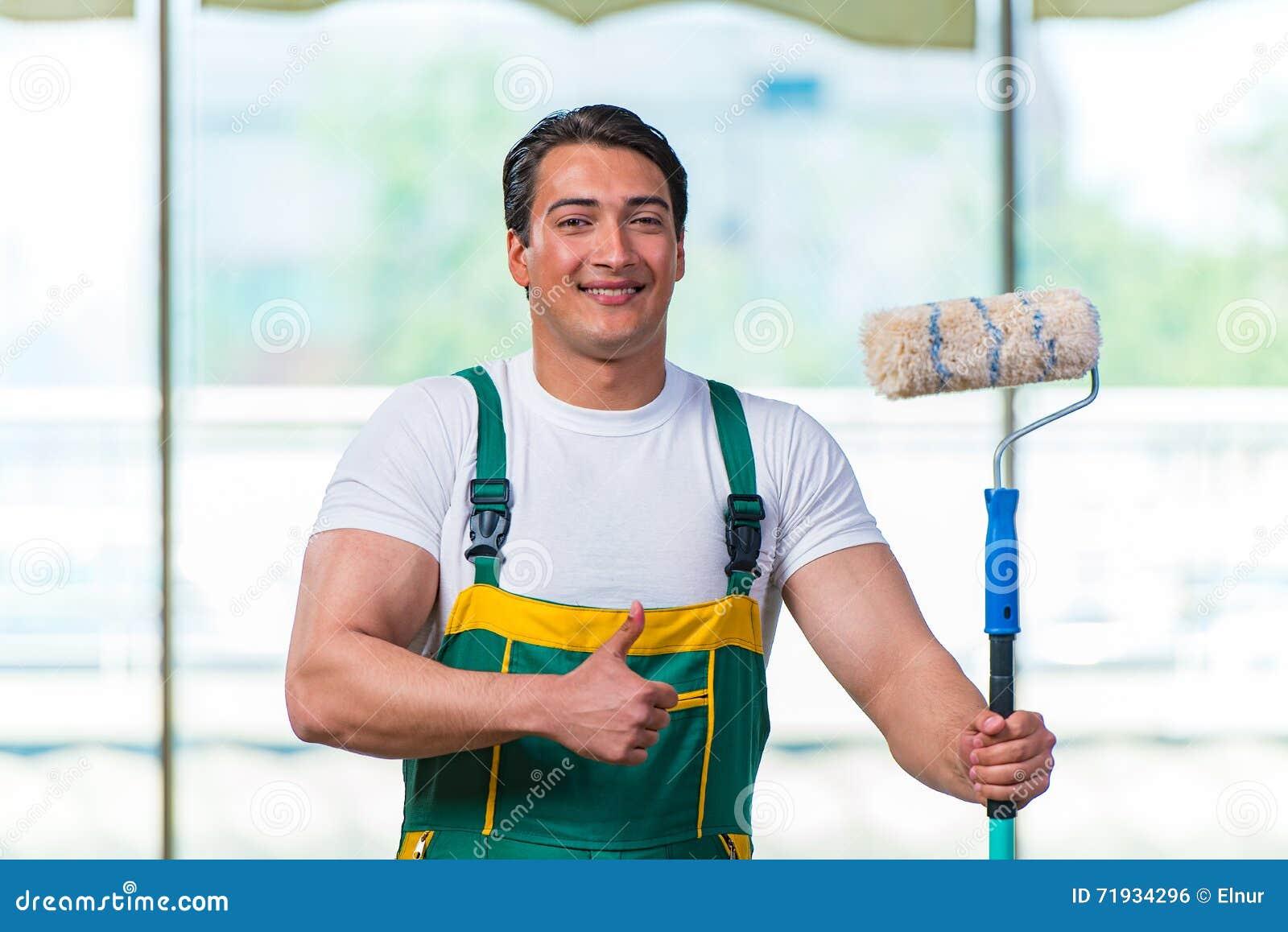 Молодой рабочий-строитель работая на месте