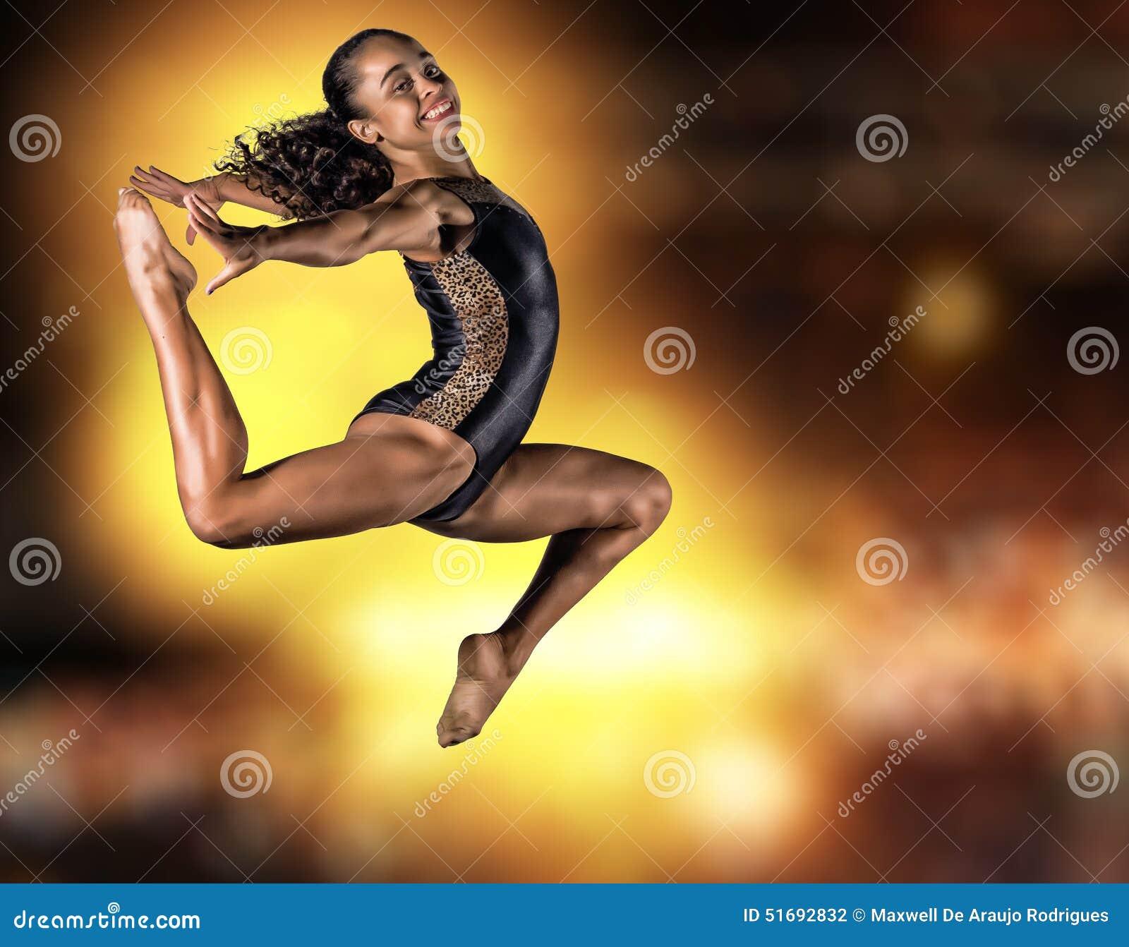 Молодой скакать девушки гимнаста