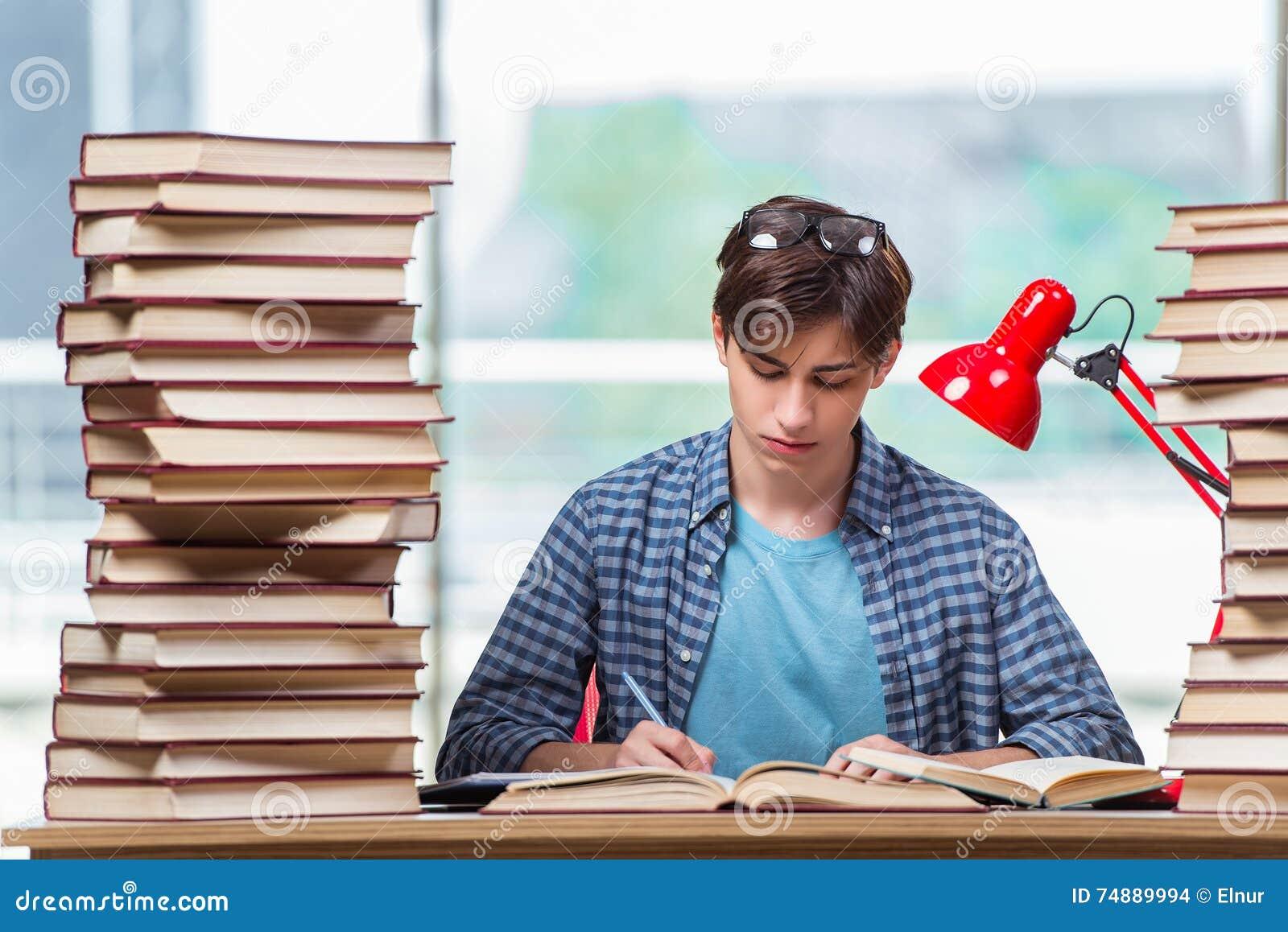 Молодой студент под стрессом перед экзаменами