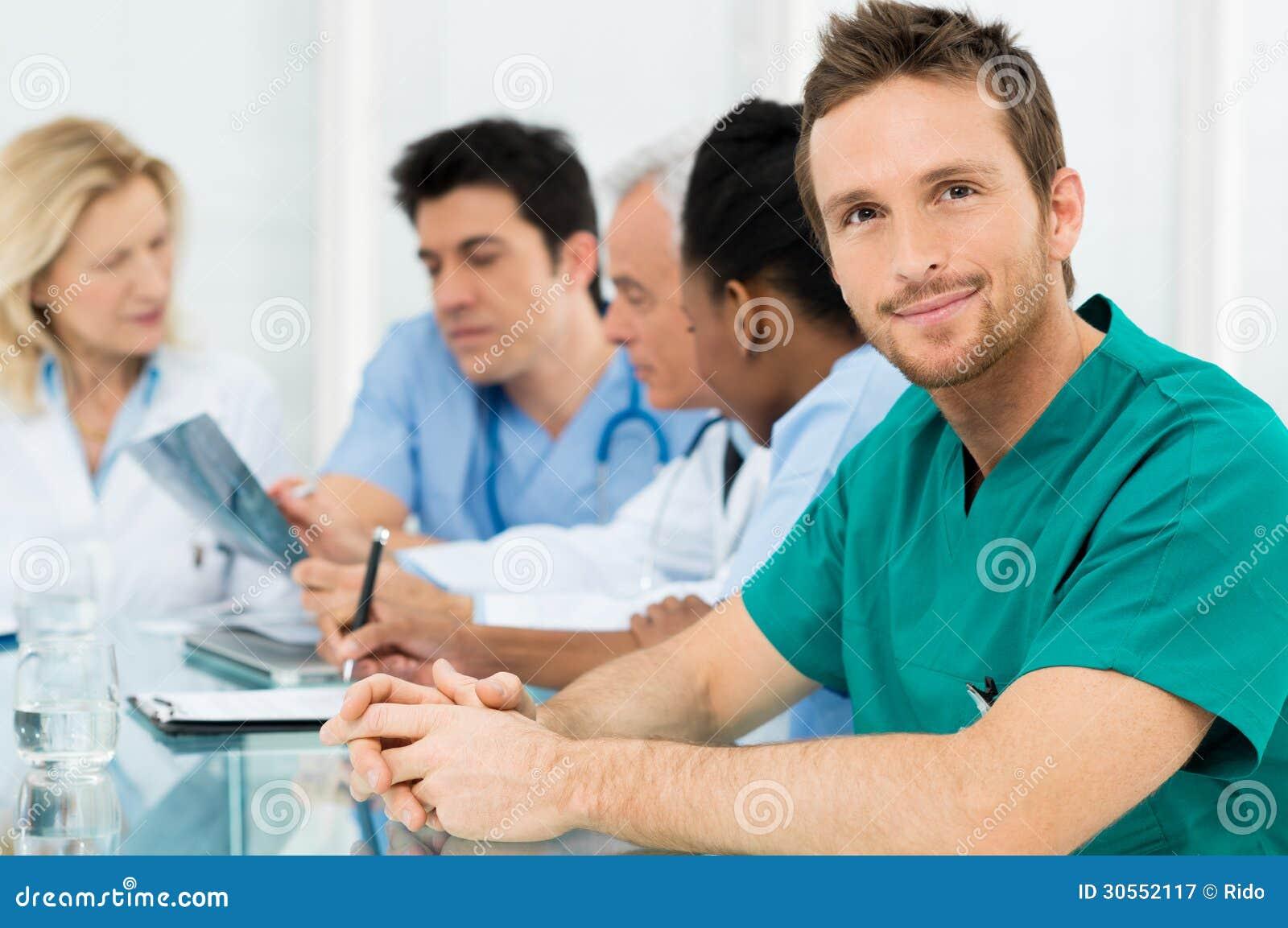 Молодой счастливый хирург
