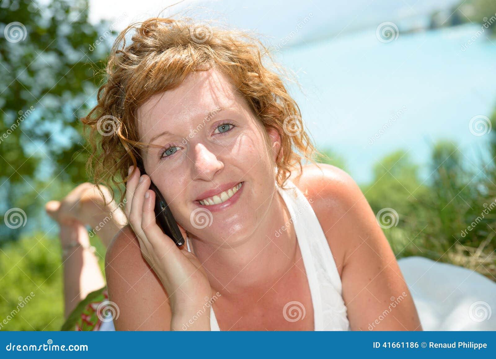 Молодой телефон redhead
