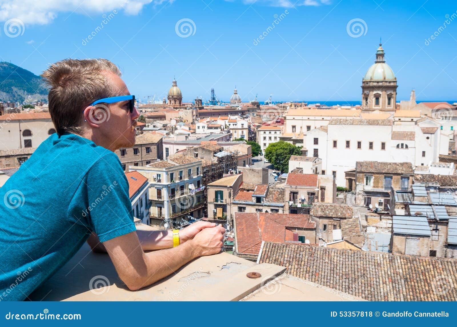 Молодой турист наблюдает городом Палермо сверху