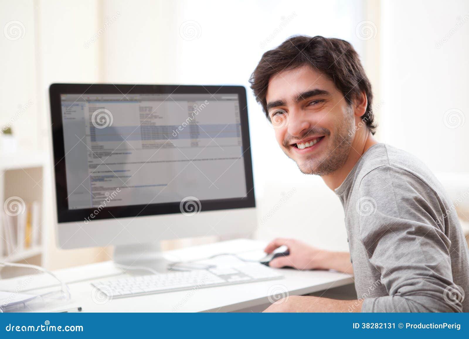 Видео девушка одна пнред компьютером фото 132-612
