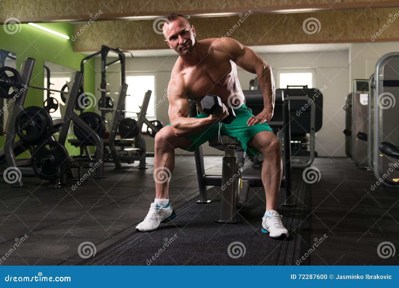 Download Молодой человек делая тренировку для бицепса с гантелью Стоковое Фото - изображение насчитывающей работать, пригонка: 72287600