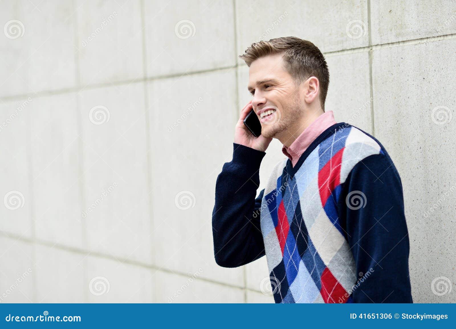 Молодой человек занятый в телефонном разговоре