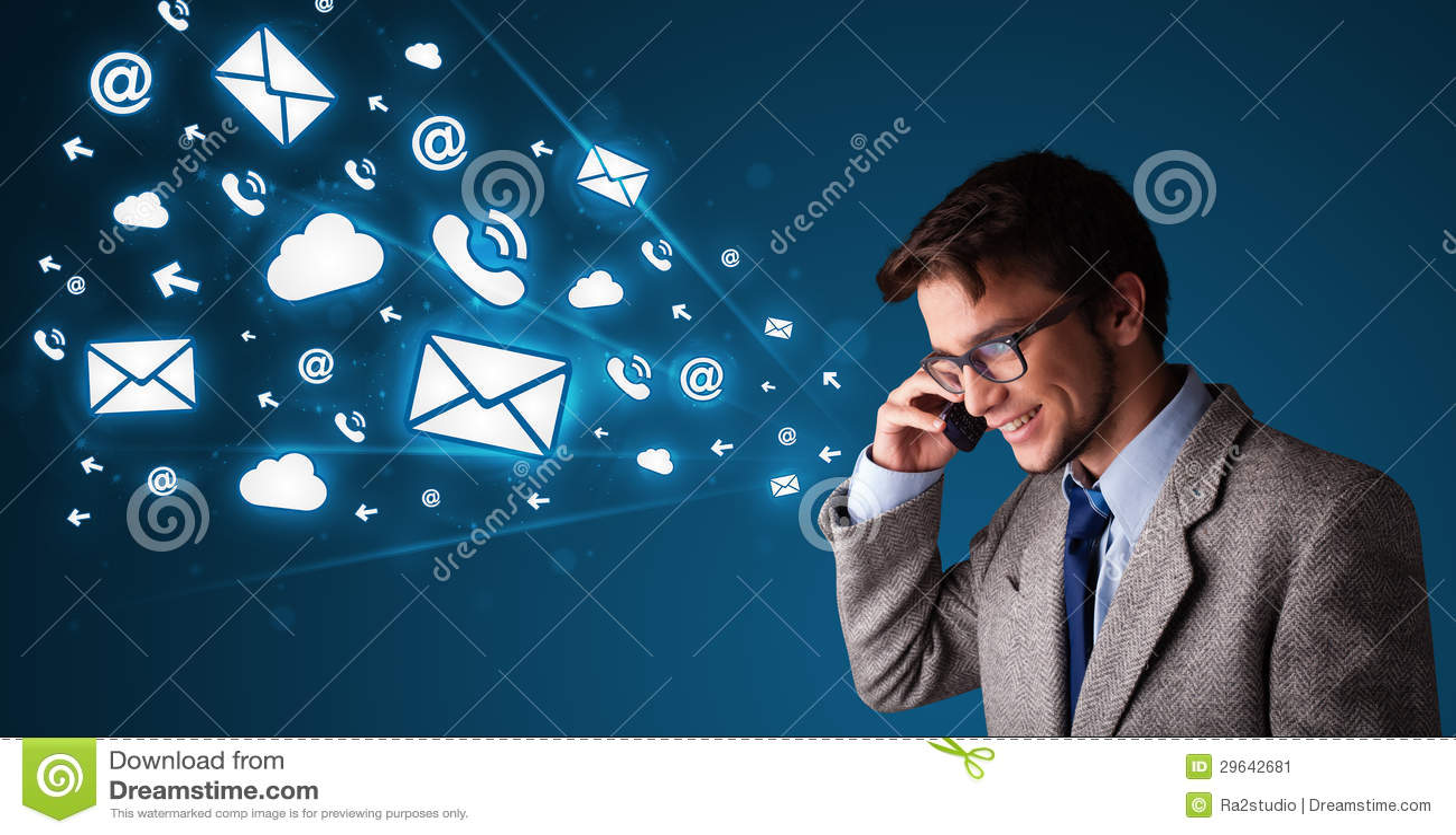Молодой человек звоня телефонный звонок с иконами сообщения